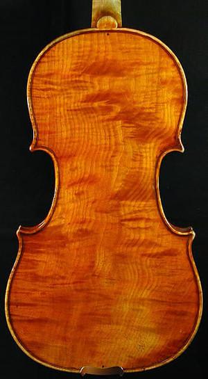 特徴あるヴァイオリンの裏板の杢