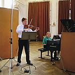 ヴァイオリニスト、フォルクハルト・シュトイデの録音風景